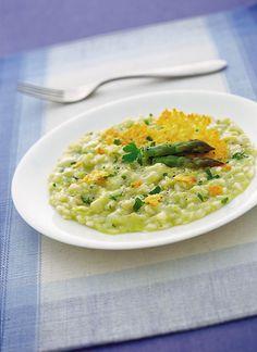 Con i consigli di Sale&Pepe potrai cucinare un saporito risotto agli asparagi con un tocco da gourmet: le cialdine di grana. Segui la ricetta!