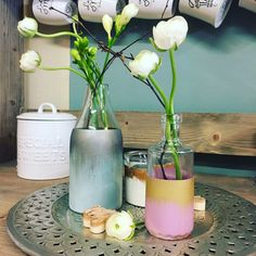 Einfaches Upcycling für leere Flaschen - etwas Annie Sloan Chalk Paint und Gilding Wax, et voilà! Annie Sloan, Diy Tutorial, Glass Vase, Tutorials, Home Decor, Empty Glass Bottles, Candle Holders, Simple Diy, Hang In There