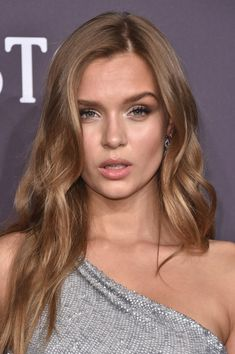 Josephine Skriver Long Wavy Cut - Josephine Skriver looked gorgeous with her flowing wavy 'do at the amfAR New York Gala.