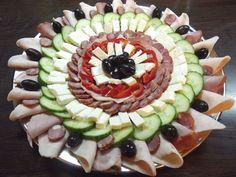 Aperitive pentru Paste. Idei de platouri - Case practice Food Platters, Food Design, Avocado Toast, Food Art, Sushi, Buffet, Food And Drink, Appetizers, Cooking