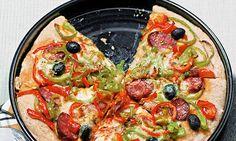 Pizza rústica. É um prazer diferente comer uma pizza feita por nós. Nesta pizza rústica sugerimos-lhes que use pimento, chouriço e azeitona, mas poderá ir aperfeiçoando a selecção de ingredientes até chegar à combinação preferida de toda a família.