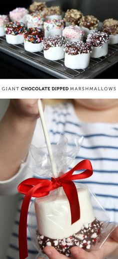 chocolate dipped marshmallows - the perfect giveaway treat to make with kids. Simple steps and people love 'em!Giant chocolate dipped marshmallows - the perfect giveaway treat to make with kids. Simple steps and people love 'em! Chocolate Dipped Marshmallows, Giant Chocolate, Giant Marshmallows, Chocolate Desserts, Chocolate Decorations, Cake Chocolate, Decorated Marshmallows, Chocolate Dipped Pretzels, Peppermint Chocolate