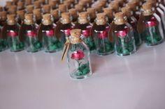 As lembrancinhas de casamento simples e baratas fazem tanto sucesso quanto as lembrancinhas mais caras e industrializadas, ainda mais se você usar muita criatividade para confeccioná-las. Se você vende artesanatos e quer aumentar a clientela ou aumentar as vendas de uma forma exponencial, inove sempre em seus trabalhos manuais. Você pode inovar ainda hoje fazendo … Wedding Gifts For Guests, Wedding Favors, Our Wedding, Quinceanera Decorations, Flower Decorations, Beauty And The Best, Miniature Bottles, Event Planning Business, Idee Diy