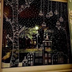 Decoración de ventana grande con pequeña ciudad con nevada y esferas cayendo del cielo, especial para Navidad