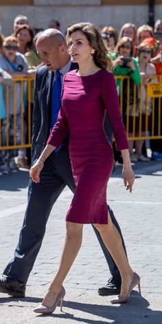 Queen Letizia of Spain Wears the Royal Version of a Bodycon Dress Princess Letizia, Queen Letizia, Classy Outfits, Pretty Outfits, Pretty Clothes, Beautiful Outfits, Royal Fashion, Fashion Looks, Style Fashion
