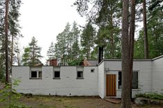 Experimental House was designed by Finnish architect Alvar Aalto in The house served as a summer getaway and experimental laboratory. Nature Architecture, Scandinavian Architecture, Amazing Architecture, Alvar Aalto, Family House Plans, Cottage House Plans, White Exterior Houses, Small House Interior Design, Shipping Container House Plans