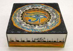 Caixa de Vidro Decorada M ? Egípcia <br>32-024NP <br>Linda caixa decorada ,ideal para decorar sua casa,guardar suas jóias ,serve também como porta trecos,ou o que mais sua imaginação permitir. <br>Produto feito a mão poderá ocorrer pequena variações de cores e tamanhos.