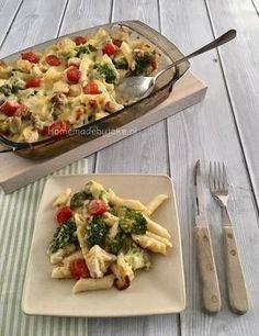 Pasta ovenschotel met broccoli, kip, tomaat en een heerlijke bechamelsaus erover. Gemaakt zonder pakjes en is helemaal niet moeilijk. Het recept staat op mijn blog Homemade by Joke.