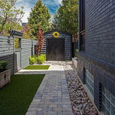 Do you have a small backyard? Having a small backyard is not an excuse not to design it, though. On the contrary, a small backyard can look great with proper small backyard landscaping. Traditional Landscape, Contemporary Landscape, Landscape Designs, Small Front Yard Landscaping, Landscaping Ideas, Patio Ideas, Narrow Backyard Ideas, Arizona Landscaping, Backyard Designs