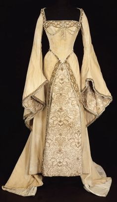 1450-1500's dress. We can see the differences in the details , like the beads that highlight the richness of the time.