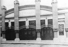 Especial Antiguos Cines Malagueños Multi Story Building, Street View, Animal Drawings, Antique Photos, Street, Inspirational Quotes, Historia