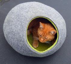 Handmade fühlte Katze aus 100 % Schurwolle und Merinowolle (mit Geschenk Katzenspielzeug) Höhle. Einfache und komfortable :) Hohe Qualität, Schönheit, Prozess und freundlichen Preisen schnell machen:) Es kann eine beliebige Farbe außerhalb und jede Farbe innerhalb oder nur einer Farbe gemacht werden , nur in der Reihenfolge zu nennen. Es kann in 4 Größen erfolgen: Größe S für bis zu 4 kg (9 Pfund) Katze. Abmessungen der Höhle ca.: Länge 39cm; 15, 6 Zoll, breite 34cm; 13, 6 Zoll, Höhe 17c...