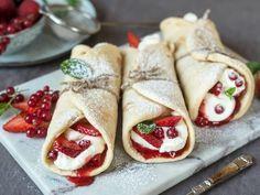 Fastelavnswraps med vaniljekrem og friske bær Sweets Cake, Frisk, Red Berries, Food And Drink, Ethnic Recipes, Desserts, Cakes, Kitchen, Tailgate Desserts