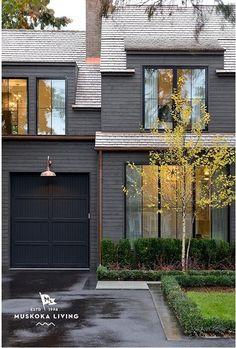 58 ideas exterior building facade modern farmhouse for 2019 Exterior Gris, Farmhouse Exterior Colors, Black House Exterior, Exterior Color Schemes, House Paint Exterior, Exterior Siding, Exterior Remodel, Exterior House Colors, Modern Exterior