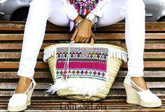 #capazo de hoja de palma con abalorioscplumas de avestruz y borlas de ganchillo de #lolitaylola by #yolandafaguilera #strawbag #moda #fashion #boho www.tendenciaslolitaylola.blogspot.com.es