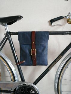 Love how this leather bag connects to the bike. Then turns into a cross body bag… Ben dol op hoe Bicycle Accessories, Leather Accessories, Bicycle Bag, Frame Bag, Bike Style, Fabric Bags, Bike Design, Custom Bikes, Leather Working