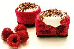Mini cheesecake de frutas vermelhas com chocolate, além de deliciosa é linda para decorar a mesa de doces.