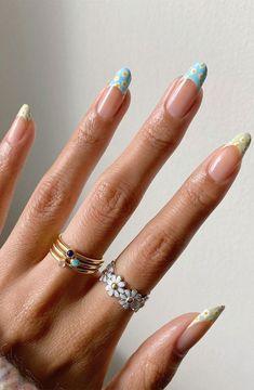 daisy nails, summer nails, flower nails #nailart #flowernails Daisy Nails, Flower Nails, Flower Design Nails, Nail Art Flowers, Daisy Nail Art, Minimalist Nails, Nail Swag, Chic Nail Designs, Art Designs