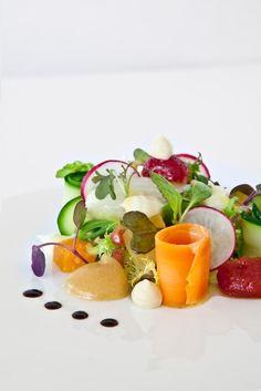 Amanida de verduretes i fruita de tardor, remós de parmesà, vinagreta de mostassa i mel. Restaurant Els Tinars. Cuina catalana i creativa. www.elstinars.com