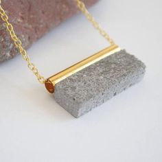 Concrete jewelry jewels made of cement suspended in - Modern Polymer Clay Jewelry, Resin Jewelry, Jewelry Crafts, Jewelry Ideas, Diy Jewelry Recycled, Handmade Jewelry, Cement Jewelry, Ceramic Pendant, Geometric Necklace