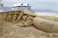 Foto cedida por Greenpeace que ha promovido esta escultura de arena del artista canario Etual Ojeda, que representa un aerogenerador de 10 metros de largo por 3 de ancho en la playa de las Canteras, en Las Palmas, para pedir que el archipiélago disponga de un sistema energético cien por cien renovable. EFE