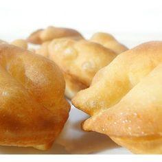 SKŁADNIKI 4-5 grzybów prawdziwków (mogą być pieczarki); masło (do podsmażenia grzybów); sól; pieprz; 10 g drożdży; 250 g mąki; 1 jajo; 1/2 szklanki mleka; 1 łyżka masła; 1 łyżeczka płaska cukru