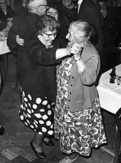 Een feest voor bejaarden in Oisterwijk, Nederland 1965. Het feest wordt jaarlijks gehouden en het hoogtepunt bestaat uit een enorme erwtensoep maaltijd. Daarna dansen de oudjes een rondje.