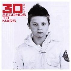 30 Seconds To Mars, um Sänger und Schauspieler Jared Leto, mit ihrem gleichnamigen Debutalbum.  Auf ihrem selbstbetitelten Debütalbum verbindet die Gruppe um Hollywood-Schönling Jared Leto frühen avantgardistischen Experimentalmetal und Nu-Rock zu einem progressiven Metal-Mix mit echtem Tiefgang. Bahnbrechend befanden Kritiker – die Karriere von von 30 Seconds To Mars gibt ihnen da Recht.