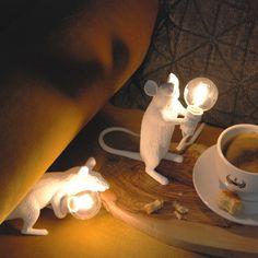 Deze design lampen zijn een beetje gek en daarom zo leuk. De Mouse lamp van Seletti zijn kleine muisjes die een fitting vasthouden.