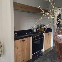 Houten keuken landelijke stijl pot op zuil Belgian Style, Open Kitchen, Living Area, Kitchen Cabinets, House, Inspiration, Creative Ideas, Home Decor, Interiors