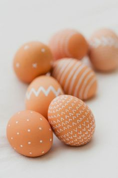 Go natural with your minimalist Easter egg decorating + follow this tutorial.