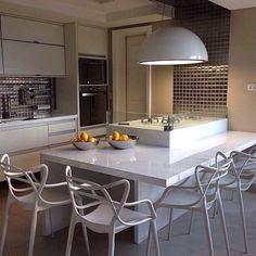 """852 Likes, 42 Comments - Alline Passamani  (@blogpapodecasada) on Instagram: """"Bom Dia Amores!! ❤️ Olhem que Cozinha mais linnnnda!!!  O fogão com mesa em volta é uma super dica…"""""""