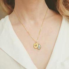 Collier personnalisé Moderne et raffiné, le collier personnalisé est un cadeau original pour célébrer et symboliser une union.En plaqué or, ce joli collier s'orne d'une médaille te pierre semi-précieuse pour plus d'élégance. Retrouvez la nouvelle collection de bijoux personnalisé pas cher chez Atelier bijoux, chic bijoux et Chloé bijoux.