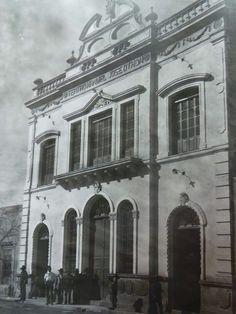 """TEATRO M. J. OTHÓN, INICIÓ SU CONSTRUCCIÓN EN 1907, POR DON ENRIQUE DURAND, Y SE CAYÓ DE ARRIBA Y DÍAS DESPUÉS MURIÓ, Y EN 1929, EL MUNICIPIO LO REMATA Y LO COMPRA DON DIONICIO DE LEÓN, Y EN 1931 LO ARRENDA A DON BLAS GOMES BADILLO Y SOCIOS Y EN 1932 EMPIEZA CON OPERA Y ZARZUELA, Y LA OBRA """"EL BILLETE DEL BAILE"""" Y EN ESE MISMO AÑO INSTALAN EL EQUIPO SONORO, EL W.C. PARA DAMAS Y EL SALÓN  P/FUMAR..."""
