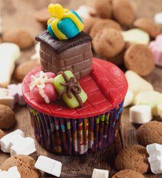 Leuke #cupcakes voor #Pakjesavond van #Sinterklaas met een schoorsteen en Sinterklaascadeautjes.