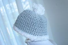 Grijs mutsje haken voor kinderen doe je zo! Lekker voor de komende wintermaanden met een fluffy zachte rand. Vind hier het patroon.