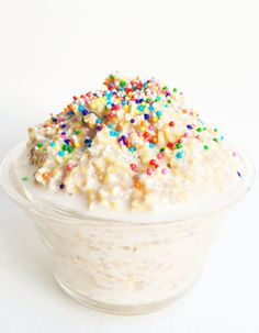 Funfetti Overnight Oats because who doesn't want to eat funfetti oatmeal for breakfast? The perfect gluten free sweet breakfast to start your day. Sweet Breakfast, Breakfast Recipes, Breakfast Ideas, Dairy Free Overnight Oats, Overnight Oatmeal, Protein Snacks, High Protein, Healthy Protein, Birthday Breakfast
