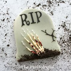 How do you like your Halloween? If so, you& in for a treat. I& got scary, creepy tombstone cookies complete with a bloody skeleton hand. Halloween Cookies Decorated, Halloween Sugar Cookies, Halloween Desserts, Halloween Cakes, Halloween Treats, Halloween Stuff, Halloween Halloween, Vintage Halloween, Halloween Costumes