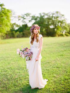 Classic white in combincatie met roze en paars #bruiloft #trouwen #bruid #bohemian #chic #festival #trouwjurk #bruidsboeket #outdoor #buitenbruiloft #wedding #dress #bride Bohemian trouwjurk in festivalstijl | ThePerfectWedding.nl | Fotografie: Ryan Ray Photography