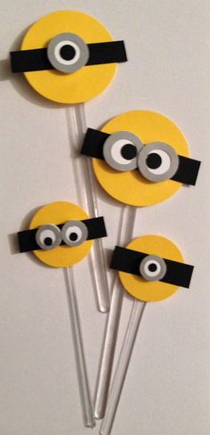 Topper para cupcake da festa do minions no Minion Theme, Minion Birthday, Despicable Me Party, Minion Party, Best Of Minions, Minions Eva, Minion Centerpieces, Fondant Minions, Felt Crafts