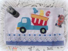 Pano de boca com barrado em tecido 100% algodão, aplicação do nome, caseado à máquina, ótima opção de presente.