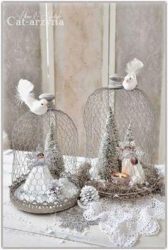 Kerst decoratie.... glazen stolp met kippengaas nodig : stolp - kerst boompjes - vogeltjes ect .- dennenappels - led verlichting - nep sneeuw / mos Action ) kippengaas - tangetje - binddraad