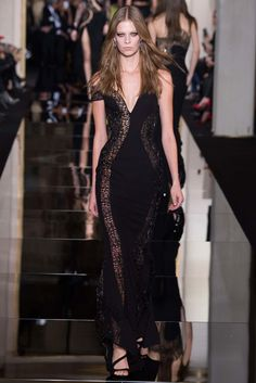 Italian luxury fashion house Versace presented their new Atelier Versace Haute Couture spring/summer 2015 collection last night in Paris. Atelier Versace, Versace 2015, Donatella Versace, Gianni Versace, Haute Couture Looks, Style Couture, Couture Fashion, Fashion Week, High Fashion