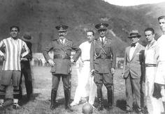 """El """" presidente de facto""""José Félix Uriburu, acompañado de su edecán, dándole el puntapié inicial al partido Porteños vs. Liga Salteña. Año 1931."""