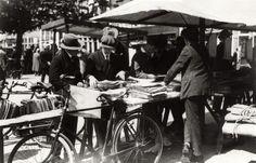 Rommelmarkten. Marktbezoekers 'neuzen' door de boeken op de markt te Amstelveld, Amsterdam, Nederland 1930-1940.