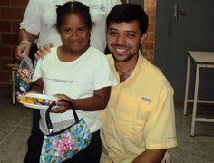Entregando regalos a los niños del Lino Clemente.