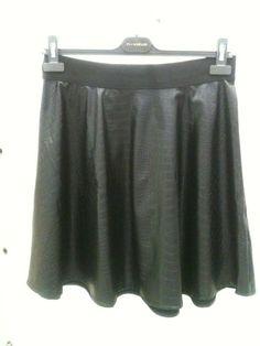 crna kožna suknja.