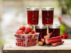 Mit unserem Rezept für Erdbeer-Rhabarber-Marmelade schmeckt das Frühstücksbrötchen gleich noch besser als sonst! Der fruchtige Aufstrich ist einfach lecker.