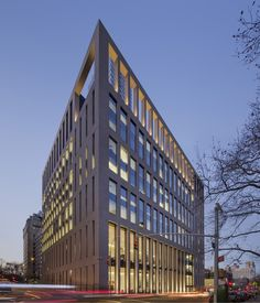 Image 1 of 10 from gallery of Mount Sinai Hess Center for Science and Medicine / SOM. Photograph by Eduard Hueber Facade Architecture, Contemporary Architecture, Hospital Architecture, Contemporary Houses, Commercial Architecture, Mount Sinai, Facade Lighting, Wall Lighting, New Hospital