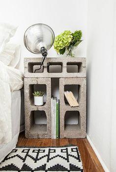 Com blocos de cimento dá pra inventar peças sob medida para qualquer espaço. Sem contar a baita economia, a reutilização de materiais e o toque rústico que um móvel desses imprime na decoração. Inspirem-se.